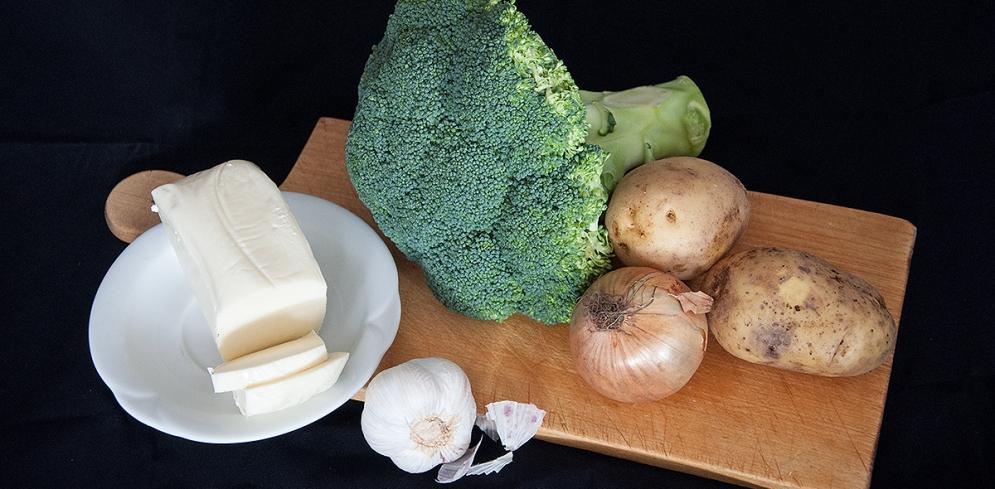 Brokkoli, Kartoffeln, Zwiebel und Knoblauch