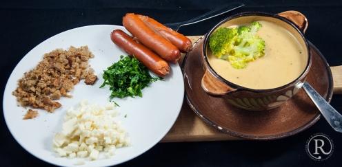 Fertige Suppe mit den Würstchen und Topping