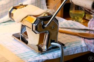 den Teig mit der Nudelmaschine portionsweise ausrollen