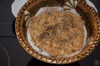 mit dem heißen Sauerkraut bedeckt, der Kartoffelstampf obendrauf