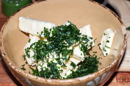 Weiche Butter und feingeschnittener Bärlauch