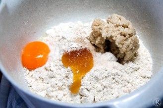Ein Eigelb, Honig und Brühstück
