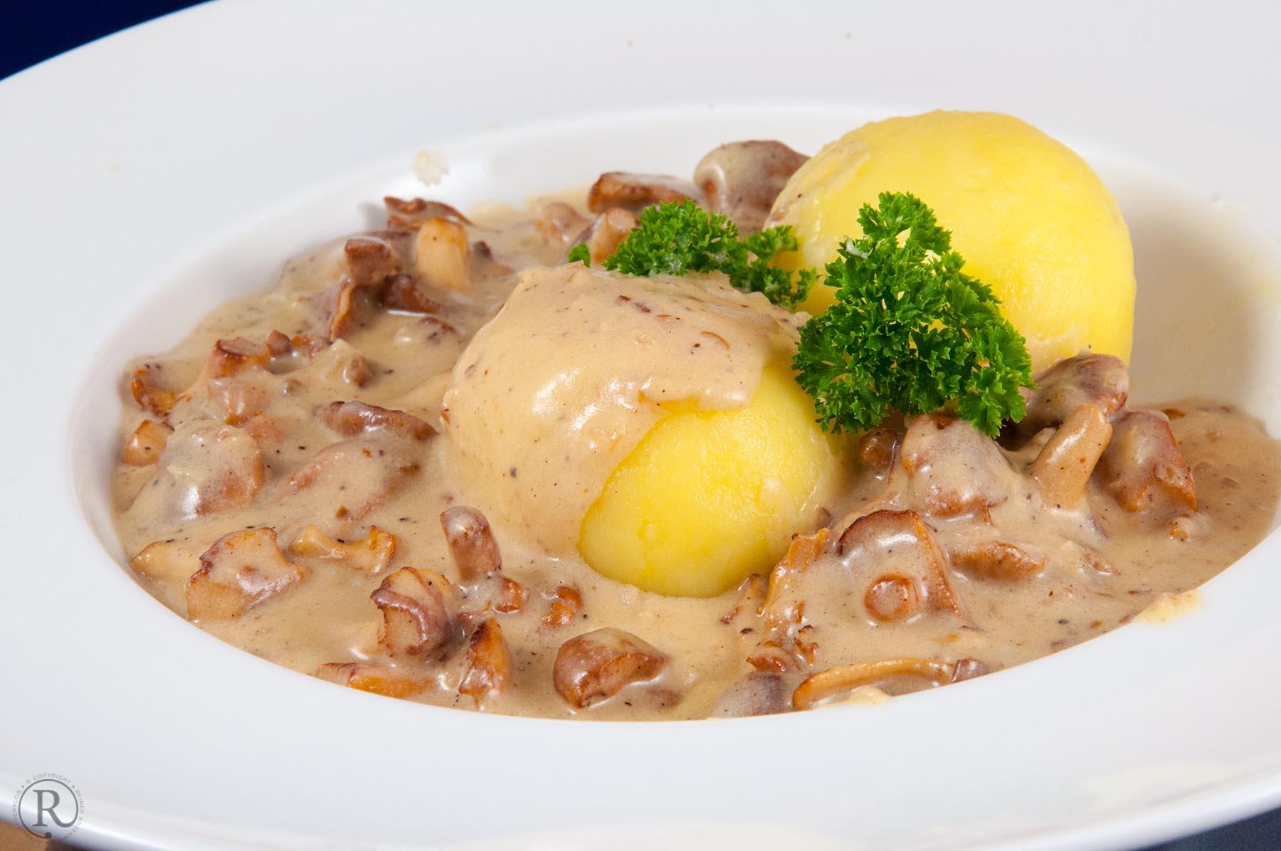 Kartoffelklösse aus gekochten Kartoffeln mit cremiger Pfifferlingsosse
